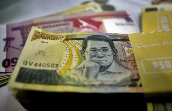 P 500 Peso bills. Tivoli Money changer, Mabini st., Manila, Philippines, Nov 6, 2007. NANA BUXANI/BLOOMBERG NEWS