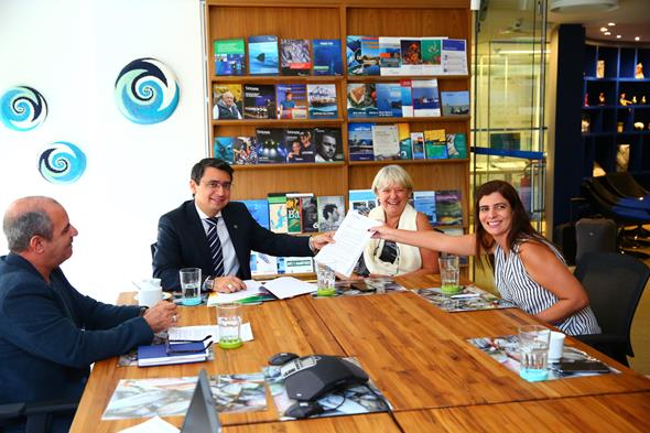 Scientists led by Oceana's Monica Peres meet with government ministers ©Oceana