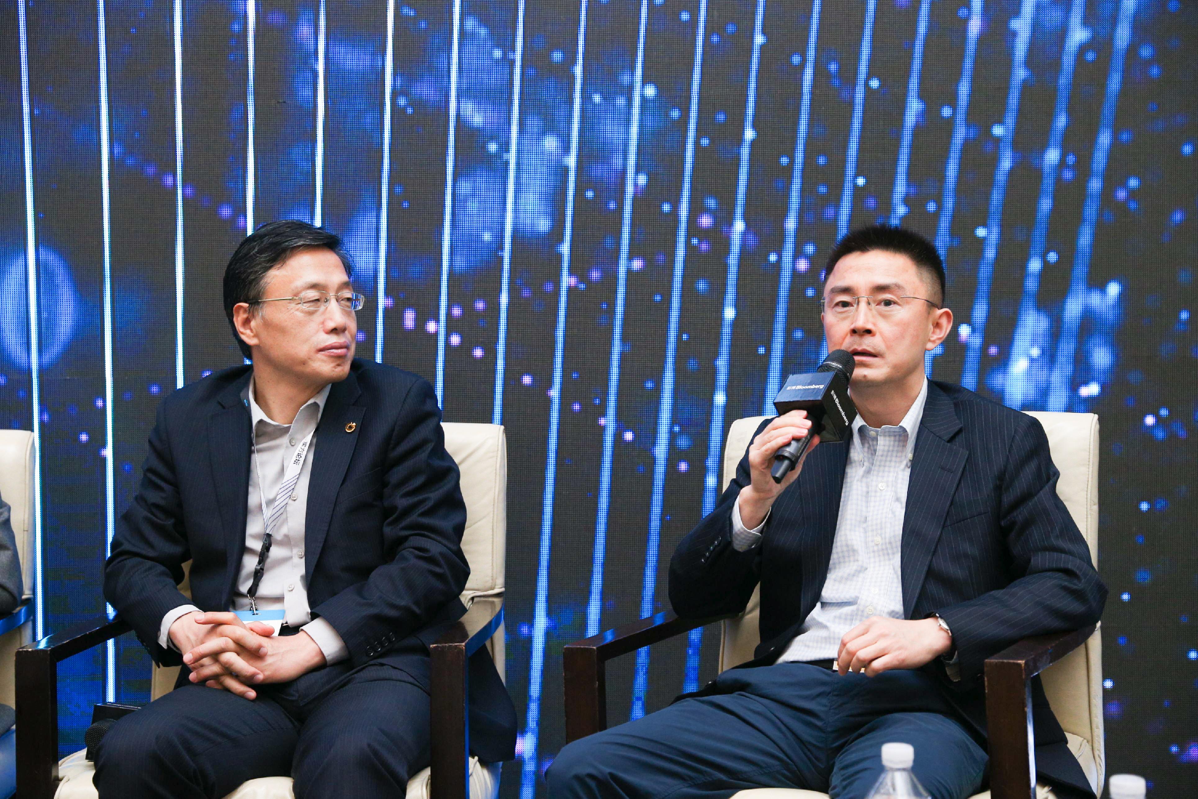 (左) 中国人寿资产管理有限公司资产配置总监王卫华、(右)中再资产管理股份有限公司副总经理罗若宏