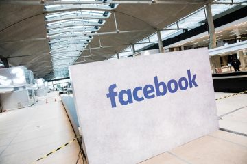 A Facebook Inc. logo sits on display at Station F, a mega-campus for startups located inside a former freight railway depot, in Paris, France, on Tuesday, Jan. 17, 2017. Facebook will open a startup incubator at Paris's soon-to-debut entrepreneur campus created by billionaire Xavier Niel, as as Chief Operating Officer Sheryl Sandberg vows to keep investing in France. Photographer: Christophe Morin/Bloomberg