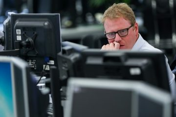 A broker monitors financial data on computer screens on the trading floor at ETX Capital, a broker of contracts-for-difference, in London, U.K., on Wednesday, March 29, 2017. The U.K. willstart the clockon two years of negotiations to withdraw from the European Union on Wednesday, when Britain's ambassador hands EU President Donald Tuska hand-signedletterfrom Prime MinisterTheresa Mayinvoking Article 50 of the Lisbon Treaty, the legal exit mechanism. Photographer: Chris Ratcliffe/Bloomberg