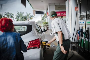 An attendant pumps fuel into a car at a Petroleo Brasileiro SA (Petrobras) gas station in Brasilia, Brazil, on Sunday, May 7, 2017. Petroleo Brasileiro SA is scheduled to release earnings figures on May 11. Photographer: Gustavo Gomes/Bloomberg